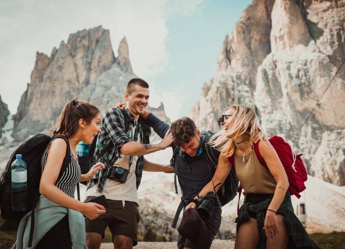 amigos felices viajando