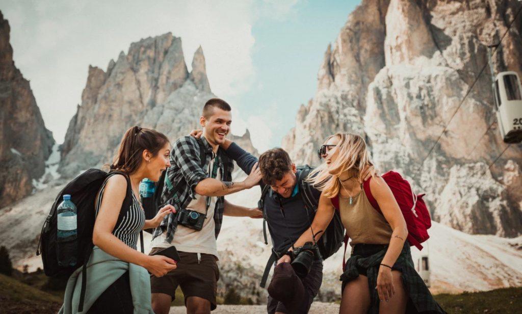 Amigos felices de viaje