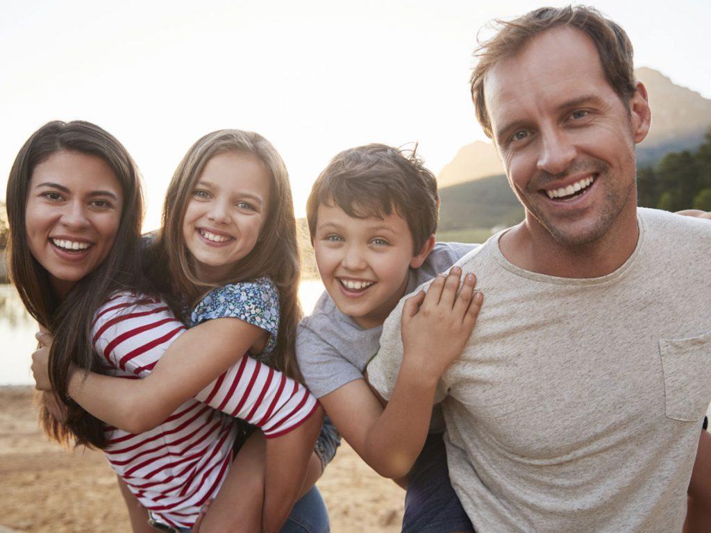 familia feliz con seguros