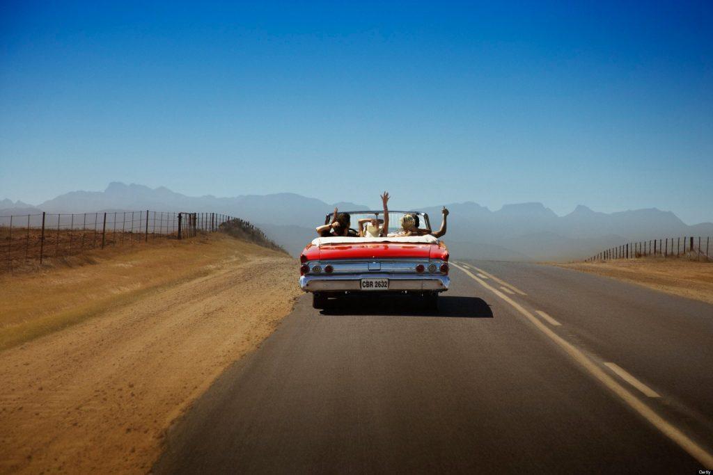 tres amigos en viaje por carretera